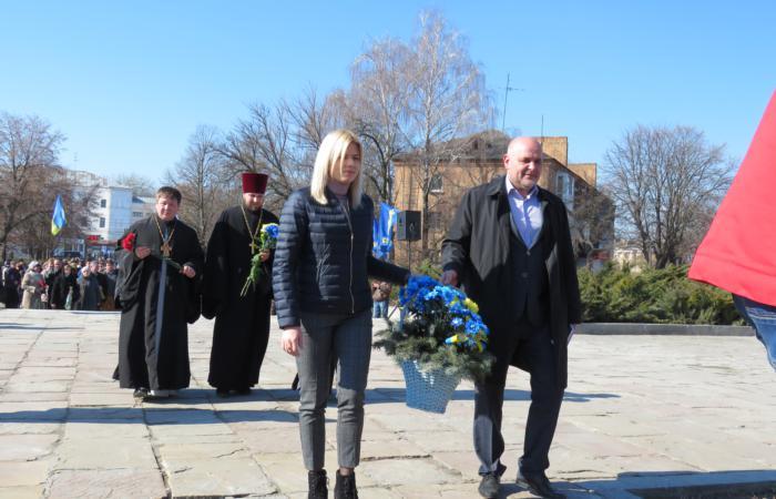 Свою Україну любіть, любіть її… Во время люте, в останню тяжкую минуту за неї Господа моліть