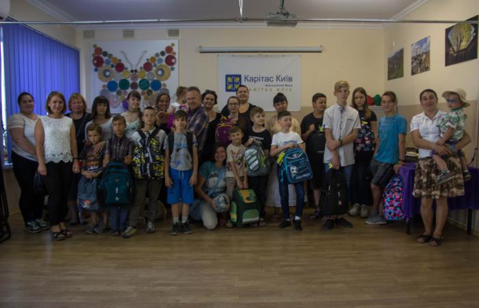 Благодійний фонд «Карітас-Київ» передав ранці з канцтоварами 120-м школярам