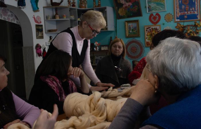 Люди похилого віку подарують власноруч виготовлені пледи сім'ям у потребі