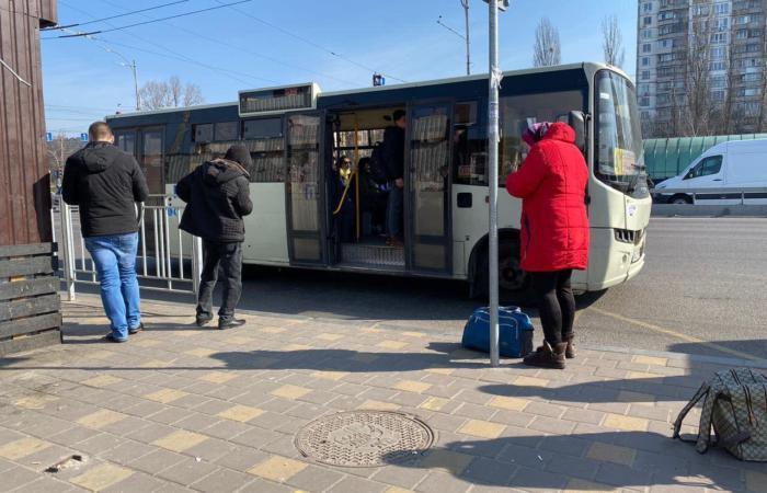 Общественный транспорт в столице работает только по спецпропускам