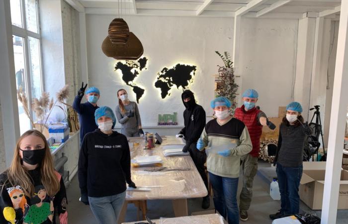 У Києві волонтери розпочали виготовлення захисних масок-екранів для медиків