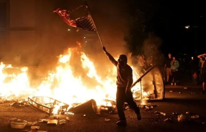 Анархия в США -