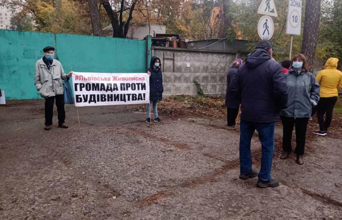 Незаконне будівництво на перетині вулиць Львівська та Живописна