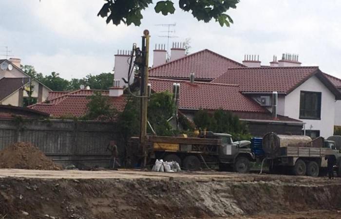 СБУ провела обшуки у Національній академії наук через будівництво у парку