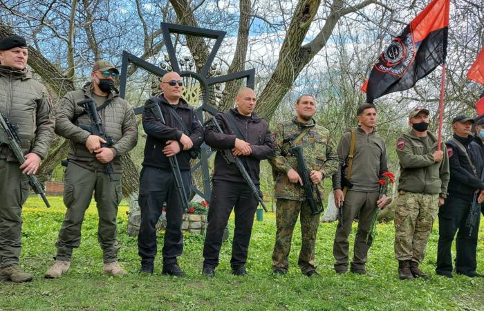 Як бійці ДУК «Правий сектор» у Холодному Яру зброю освятили !