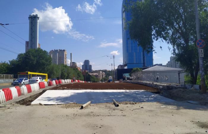 Кипить робота на реконструкції мостового переходу через річку Либідь